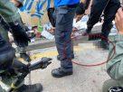 """เผยภาพตำรวจฮ่องกง โดน """"ลูกธนู"""" ผู้ประท้วงปักขา"""