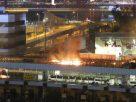ไฟลุกท่วม หลังผู้ชุมนุมฮ่องกงจุดไฟเผาสะพาน สกัดตำรวจไม่ให้เข้าใกล้