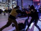 """ตีกันเละ! """"ฝ่ายหนุน-ต้านทรัมป์"""" ยกพวกซัดกันเดือดในวอชิงตัน บาดเจ็บจำนวนมาก-มีคนถูกแทง"""