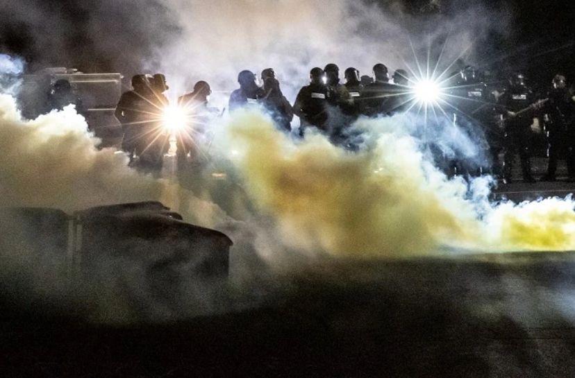 """จัดเต็ม! จนท.สหรัฐฯ ยิง """"ระเบิดแสง-แก๊สน้ำตา"""" สลายม็อบฝ่าเคอร์ฟิวประท้วง ตร.ยิงคนดำตาย"""